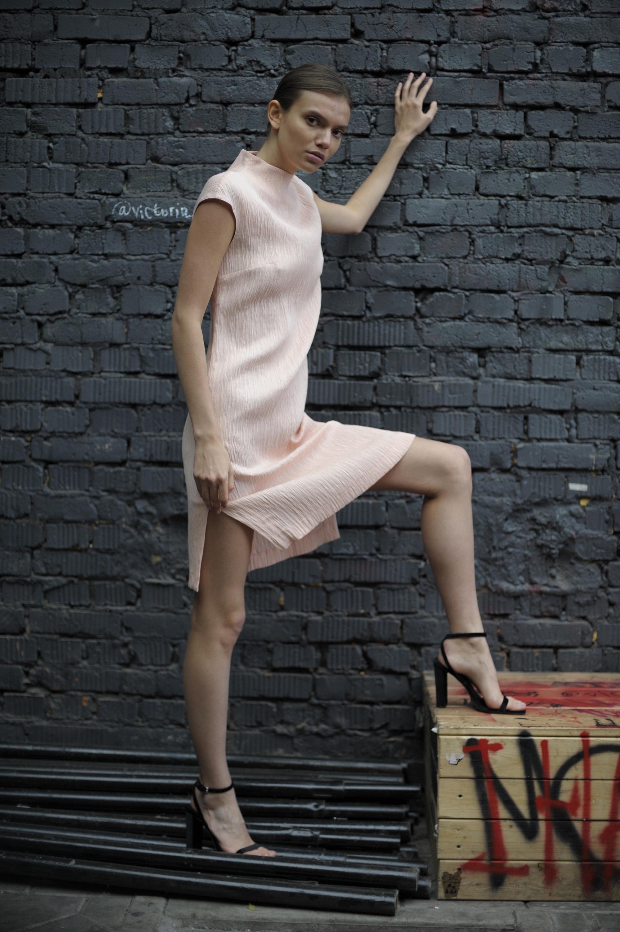 Платье футляр из вискозы VASSA&Co стильное офисное платье с воротником стойкой dioni