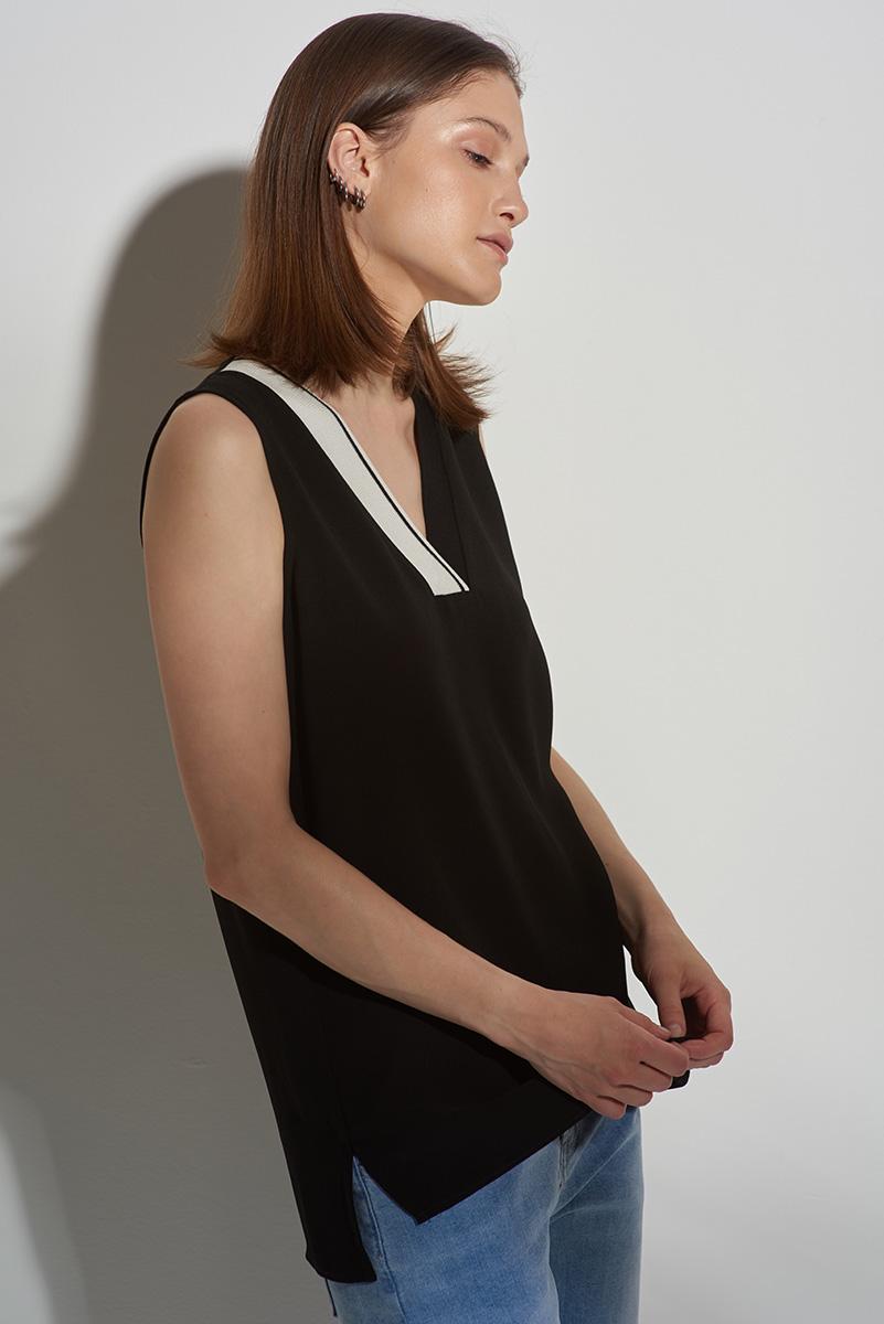 Блузка черного цвета с трикотажной тесьмой по горловине VASSA&Co фото