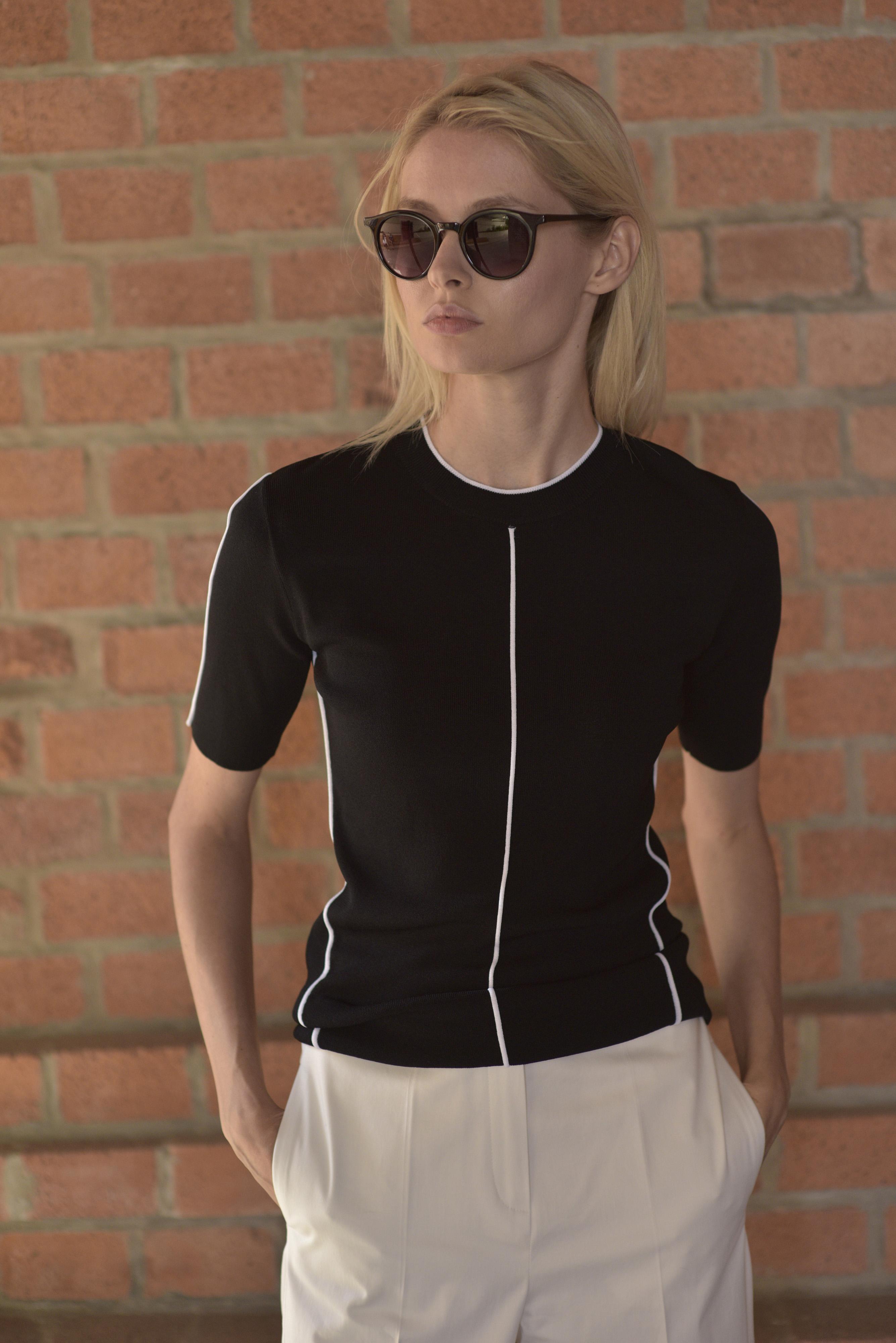 Джемпер женский с коротким рукавом и контрастным кантом VASSA&Co фото